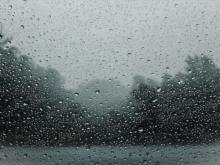 regndroppar på fönster ruskväder